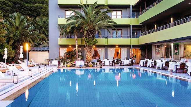 La piscine art hotel in skiathos town thomson now tui for La piscine skiathos